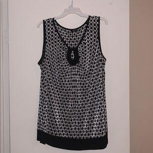 Tops - Black & white micro-pleat keyhole top 🤩